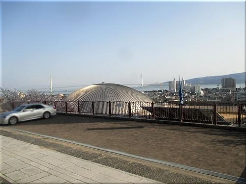 柿本神社の山門前から見た「明石海峡大橋と淡路島」