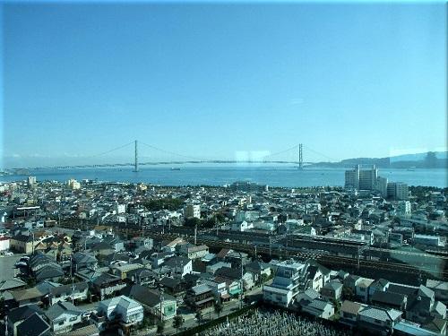 明石市立天文科学館の展望室から見た「明石海峡大橋と淡路島」