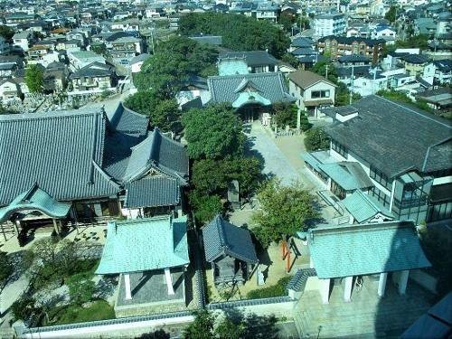 明石市立天文科学館の展望室から見た「月照寺と柿本神社」