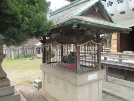 拝殿の前の牛の像
