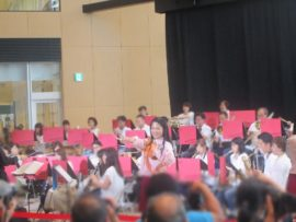 第162回 あかしふれあいコンサートに出演中の「 りこ」。